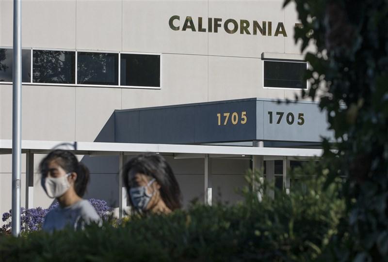 美國武漢肺炎病例23日突破400萬,平均每小時新增2600例。圖為22日美國加州街上民眾戴口罩防疫。(中新社)