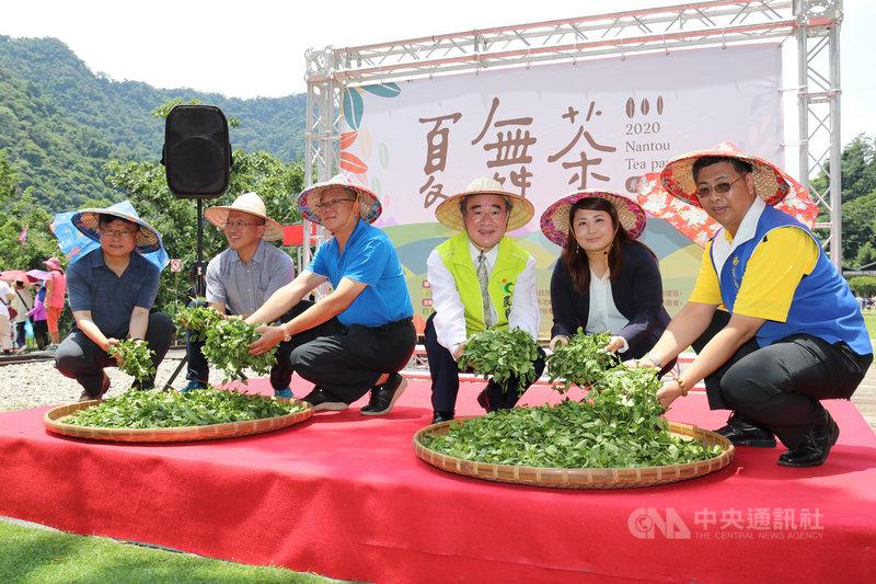 農糧署輔導南投縣農會舉辦「2020夏舞茶」系列活動,7月至10月每月最後一個週六都有精彩節目,農糧署長胡忠一(右3)等人25日出席開幕式。(農糧署提供)中央社記者蕭博陽南投縣傳真 109年7月25日