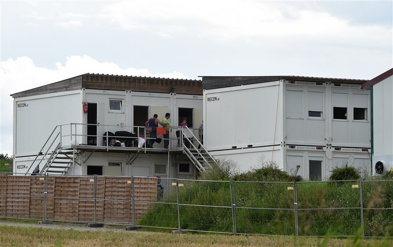 德國巴伐利亞邦馬明格市一座大型農場發生武漢肺炎群聚感染,約有500名勞工接受檢疫隔離。圖為農場工人宿舍。(法新社)