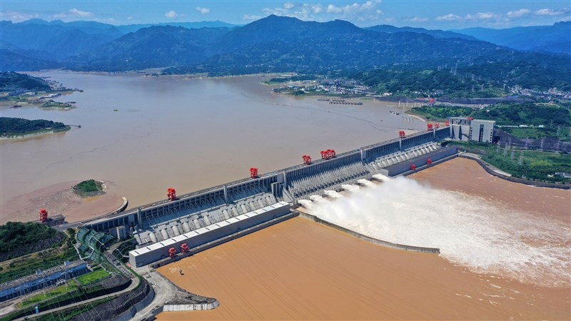 中國自6月1日以來,洪澇災害已造成5481.1萬人次受災,與過去5年平均值相比,受災人次上升23.4%。圖為長江第3號洪水27日通過三峽大壩。(中新社)