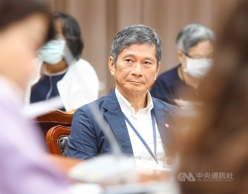 文化部長李永得(中)日前表示,公視國際影音平台非頻道,是依現在網路趨勢,製作全英文網路影音、節目,向國際介紹台灣。不過文化部29日發聲明表示,將終止公視「國際影音平台」委託案。(中央社檔案照片)