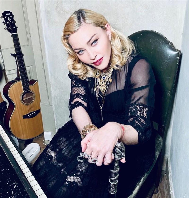 美國流行樂壇天后瑪丹娜在社群平台Instagram分享武漢肺炎不實影片,被Instagram標註為「假訊息」並移除。(圖取自instagram.com/madonna)