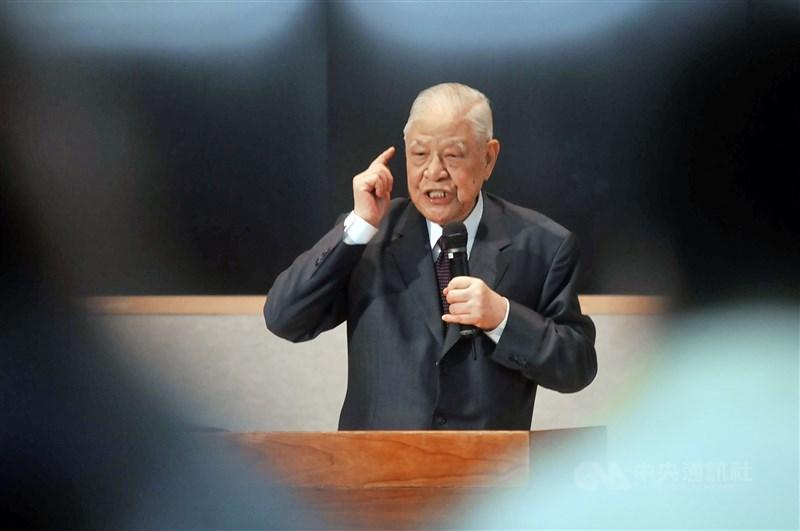 高齡98歲的前總統李登輝(圖)30日病逝北榮,他晚年慢性病纏身,心血管裝了多個支架而未手術。(中央社檔案照片)