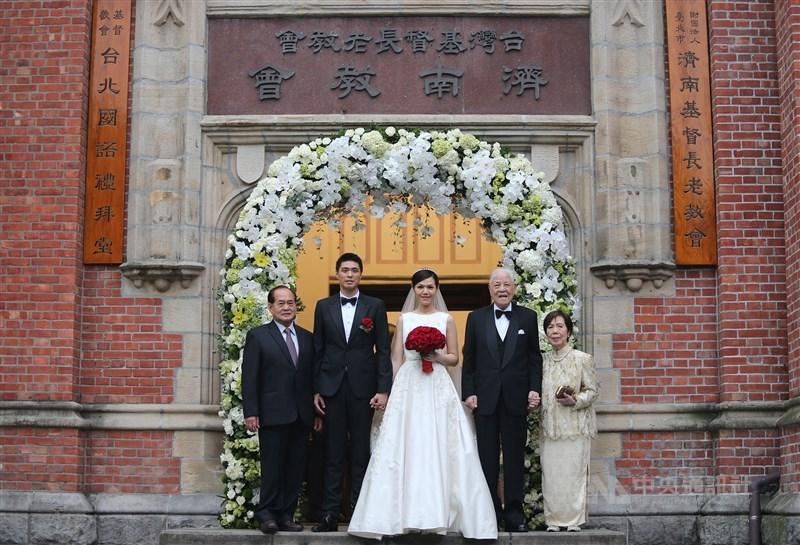 前總統李登輝(右2)的孫女李坤儀(中)與凱渥香港分公司總監趙贊凱(左2)2015年在濟南教會舉行婚禮,婚禮後親友們陸續合影留念。(中央社檔案照片)