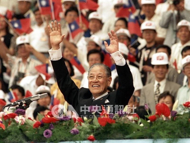 李登輝(前)以54%選票的支持,成為台灣第一位民選總統,聲望達到顛峰。圖為1996年李登輝在就職典禮舉雙手向表演人員及觀眾致意。(中央社檔案照片)