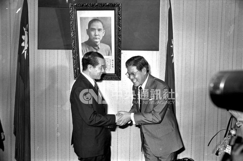 1978年李登輝(右)就任台北市長交接典禮,由行政院長孫運璿主持監交。(中央社檔案照片)