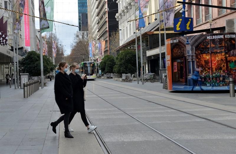 澳洲30日通報,新增723起武漢肺炎確診病例和13起死亡病例,全都出現在人口第二大州維多利亞州。圖為澳洲墨爾本街頭民眾戴口罩防疫。(安納杜魯新聞社提供)