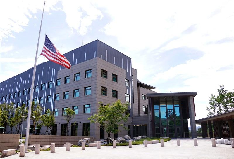 AIT人士向中央社記者表示,AIT上午降半旗3天哀悼李登輝辭世。AIT表示,李登輝是民主改革先行者,也是美國的夥伴和摯友。(AIT提供)