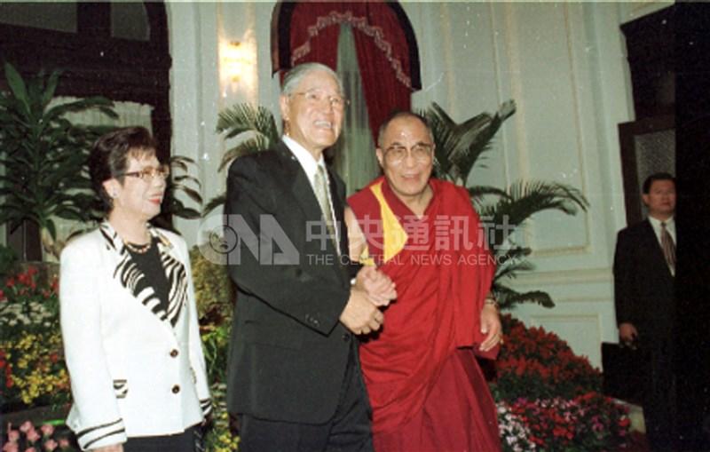 達賴喇嘛(右)獲知前總統李登輝(中)辭世後,致函李登輝夫人曾文惠(左)和其家屬表達哀悼之意,稱讚李登輝對台灣民主貢獻非凡,是他的朋友和藏人的盟友。圖為李登輝與曾文惠於1997年3月27日在台北賓館會見達賴喇嘛。(中央社檔案照片)