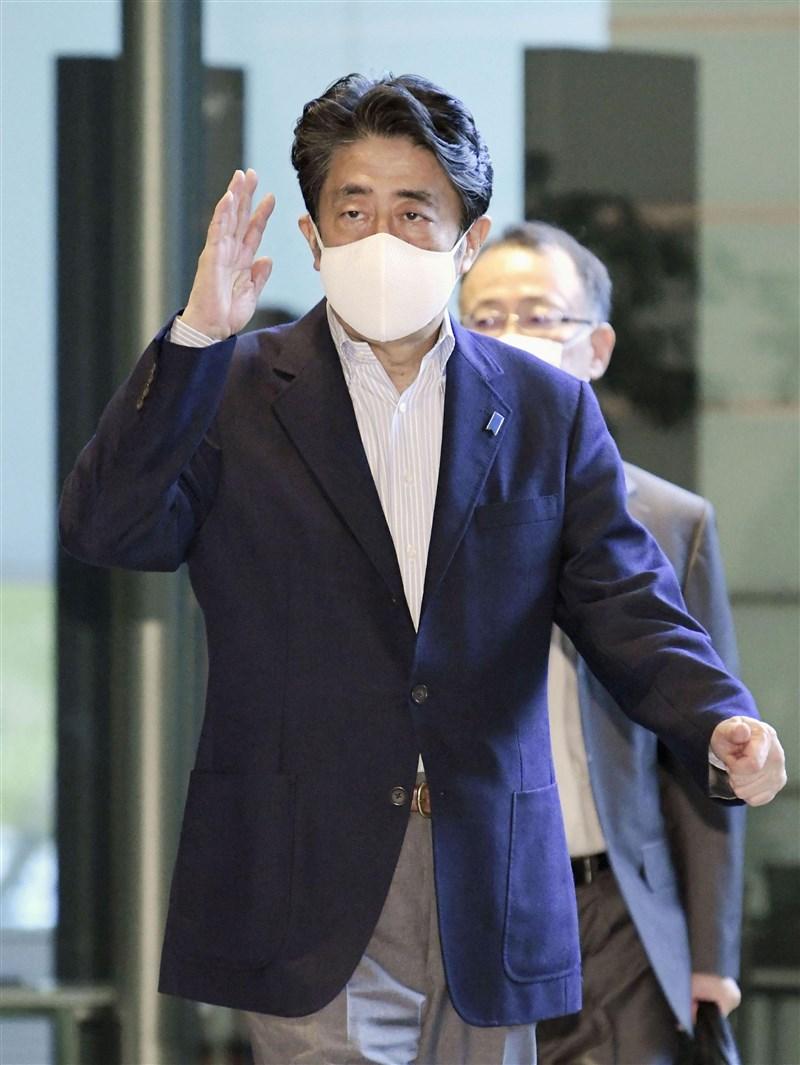 日本首相安倍晉三1日換上能包覆到下巴正常尺寸的口罩。安倍身旁人士說,該口罩是福島縣製造,有支援震災後重建的意涵。(共同社)