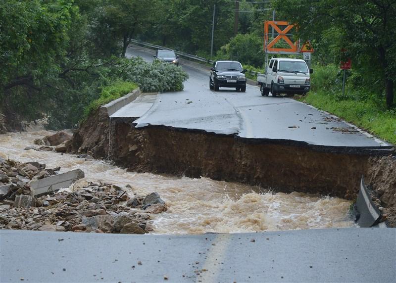 韓國中部強風暴雨成災,忠清北道忠州市2日一處道路坍塌。(韓聯社)