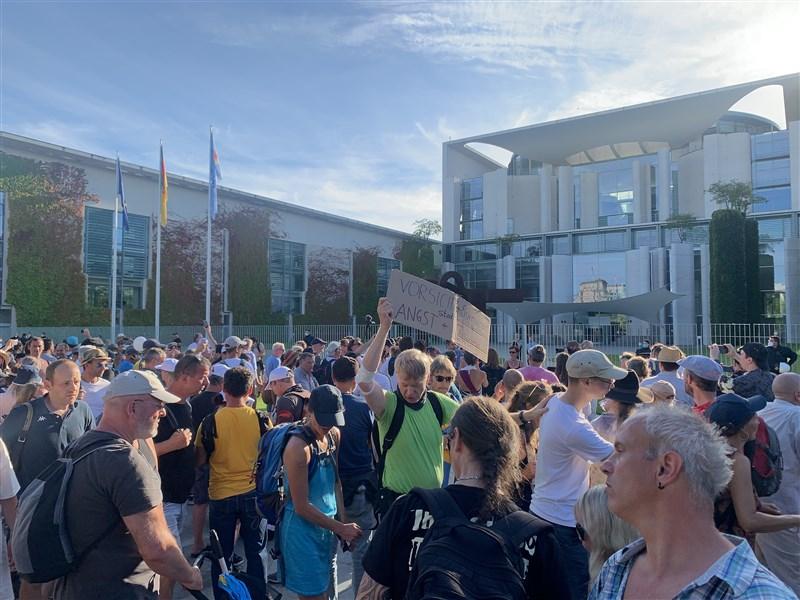 以權利與自由遭侵害為名,數萬人1日聚集在德國首都柏林,抗議當局為遏阻武漢肺炎實施的防疫措施。(安納杜魯新聞社)