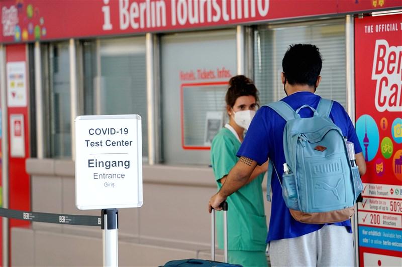 截至台灣2日晚間7時,全球至少1789萬6220人確診武漢肺炎,至少68萬5780人病逝。圖為德國柏林泰格爾機場內的武漢肺炎檢測站。(中新社)