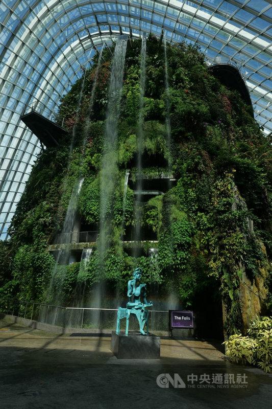 台灣雕塑家李光裕的16件銅雕作品將首度赴新加坡濱海灣花園雲霧林展出,透過這座大自然的美術館,把花園與藝術作品巧妙融合於天地之間,圖為展出作品「思惟」。(李光裕提供)中央社記者黃自強新加坡傳真 109年8月2日