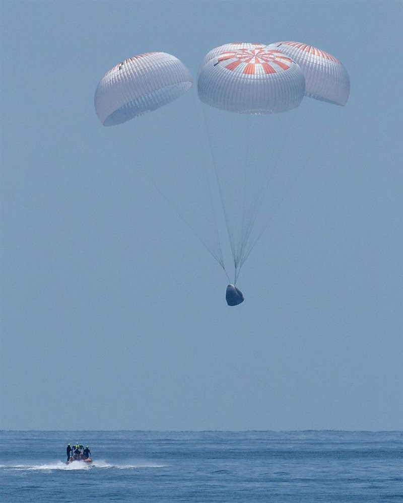 美國太空探索科技公司太空船「飛龍奮進號」2日載著2名太空人從太空返回地球,以降落傘「濺落」方式順利降落在墨西哥灣海域。(圖取自instagram.com/spacex)