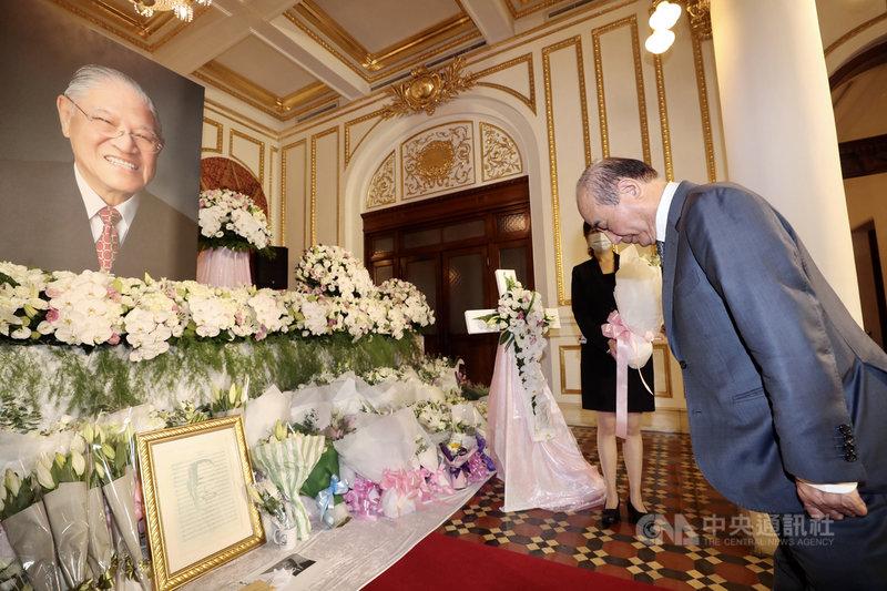 前總統李登輝辭世,前立法院長王金平(右)3日上午前往台北賓館追思會場表達哀悼,鞠躬致意。中央社記者張皓安攝 109年8月3日