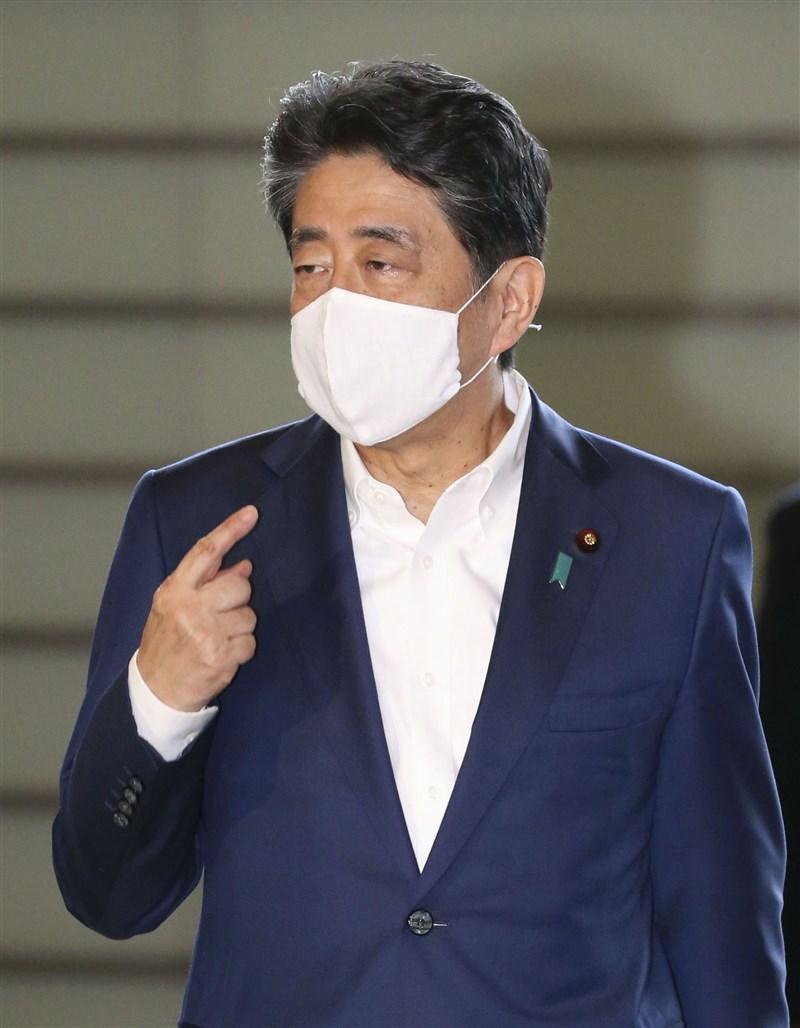 日本截至3日上午10時止,共有3萬9983人感染武漢肺炎。日本首相安倍晉三呼籲民眾戴口罩出門,以預防感染。(共同社)