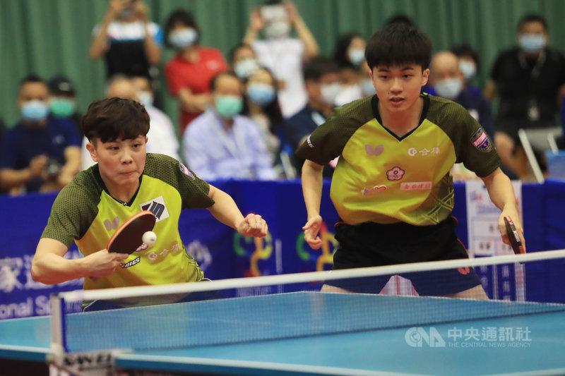 台灣桌球「黃金混雙」林昀儒(右)與鄭怡靜(左)5日在WTT世界桌球職業大聯盟卡達站混雙8強以直落三淘汰埃及組合,晉級4強。圖為2020年8月兩人參加模擬東京奧運對抗賽。(中央社檔案照片)