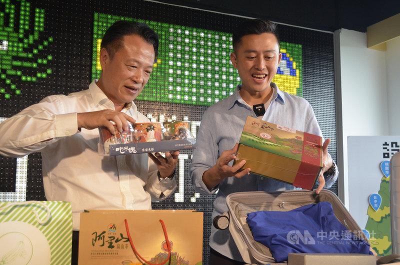 嘉義縣長翁章梁(左)4日致贈榮獲茶葉比賽特等獎的阿里山高山茶等伴手禮,送給來訪的新竹市長林智堅(右),讓林智堅直呼太貴重了。中央社記者蔡智明攝 109年8月4日