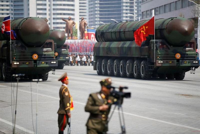 美國國家情報總監辦公室13日發布報告,說北韓今年可能恢復核試與洲際彈道飛彈,逼迫總統拜登政府進入對話。圖為2017年4月北韓閱兵典禮展示洲際彈道飛彈。(路透社)