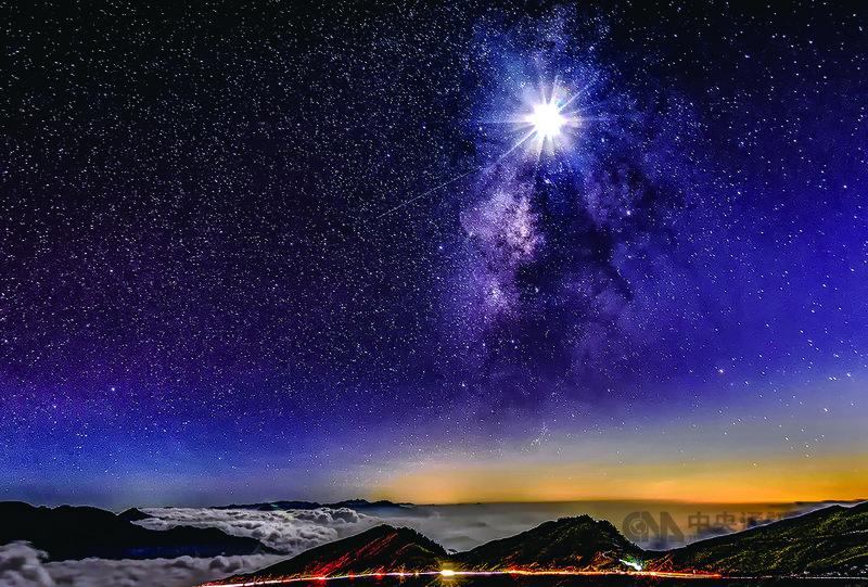 合歡山國際暗空公園是繼日本、南韓之後亞洲第三座、台灣第一座暗空公園,全國第一座觀星友善平台9月19日將在仁愛鄉鳶峰啟用。圖為合歡山銀河。(縣府提供)中央社記者蕭博陽南投縣傳真  109年8月6日
