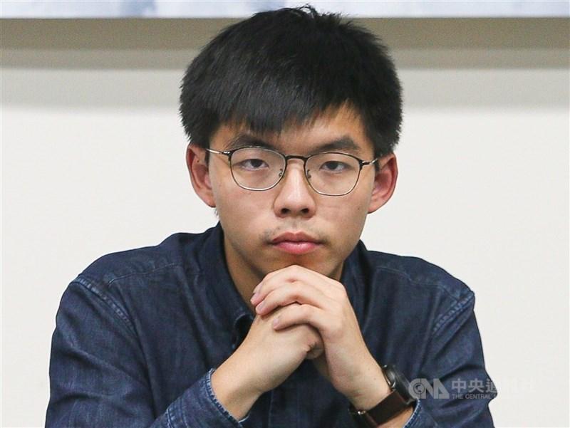 香港眾志前秘書長黃之鋒(圖)因參加未經官方批准的「六四」燭光晚會而被警方控告。(中央社檔案照片)