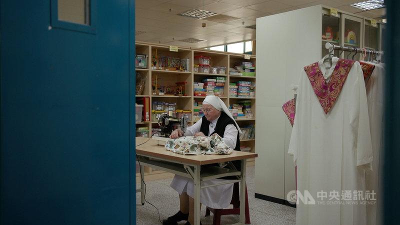 榮獲吳尊賢慈善服務獎的義大利籍修女裴嘉妮,來台奉獻長達54年,2017年裴嘉妮獲得台灣身分證,她高興表示:「我就說我是愛台灣的,這個就是一個肯定。」(公視提供)中央社記者葉冠吟傳真  109年8月6日