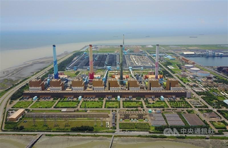 行政院22日核定台中電廠燃氣機組特建許可,經濟部長王美花表示,兩部新增燃氣機組將不需要進行都審,其中一部力拚2025年上線。(中央社檔案照片)