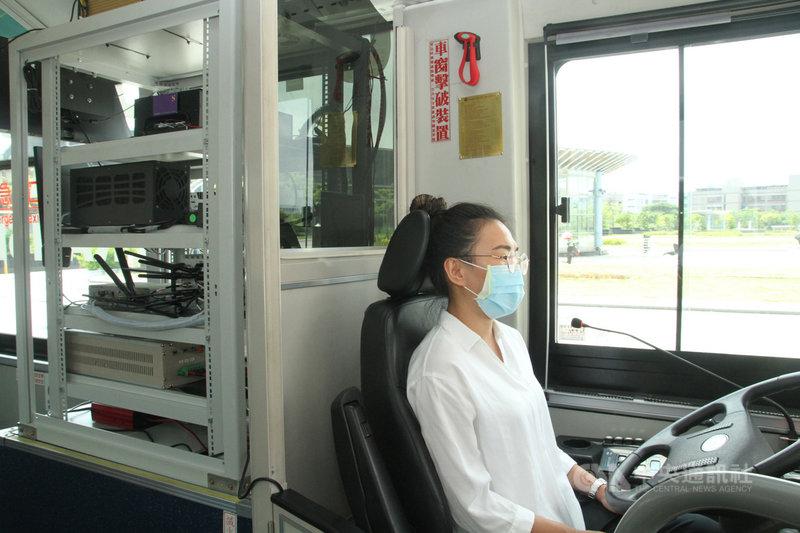 台南市第一條自動駕駛公車路線9日起在南科園區展開不載客測試,自駕公車上路行駛時仍會有駕駛人員在座位上全程監控,駕駛人員可隨時接手操作以應付突發狀況。中央社記者楊思瑞攝 109年8月9日