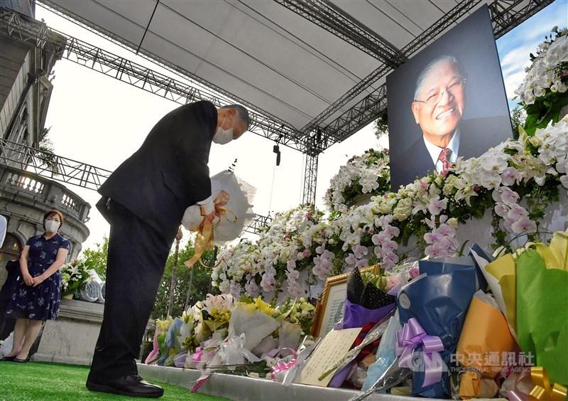 日本前首相森喜朗(前)9日率日本國會跨黨派議員來台追思前總統李登輝,下午抵達台北賓館,森喜朗獻花致意。中央社記者王飛華攝 109年8月9日