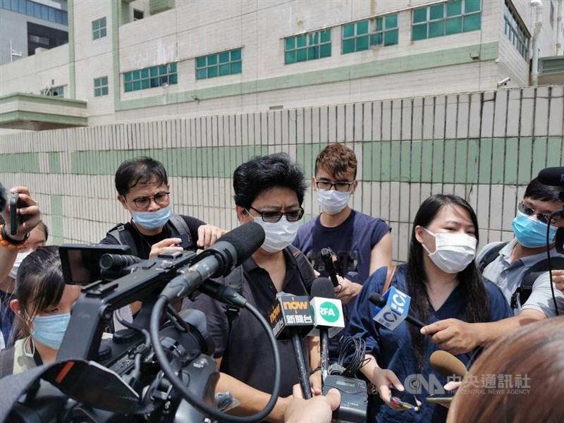 香港記者協會主席楊健興在蘋果日報大樓外受訪說,警方搜查傳媒機構這種事只有在第三世界才會發生,這是踐踏新聞自由、製造白色恐怖。中央社記者張謙香港攝 109年8月10日