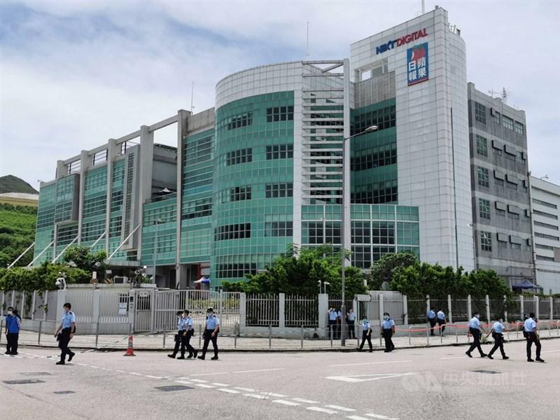 香港警方10日上午派出大批員警進入蘋果日報位於將軍澳的大樓內搜證,並封鎖大樓周邊街道。中央社記者張謙香港攝 109年8月10日