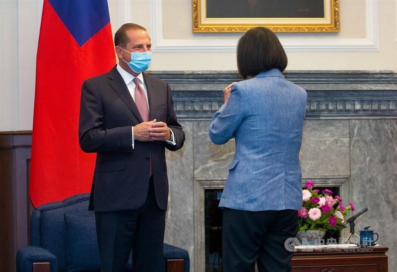 總統蔡英文(右)10日在總統府接見美國衛生部長艾薩(Alex Azar)(左),兩人拱手致意。中央社記者謝佳璋攝 109年8月10日