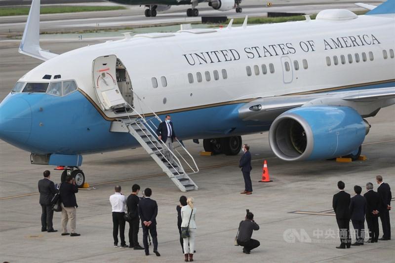 美國衛生部長艾薩(Alex Azar)(下樓梯者)率團訪台,訪團乘坐美國空軍C-40B行政專機,專機9日下午抵達台北松山機場。中央社記者裴禛攝 109年8月9日