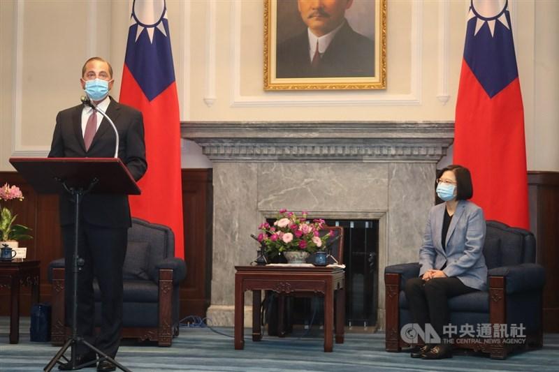 美國衛生部長艾薩(Alex Azar)(左)9日率團抵台,10日上午至總統府會見總統蔡英文(右),並發表談話。中央社記者裴禛攝 109年8月10日