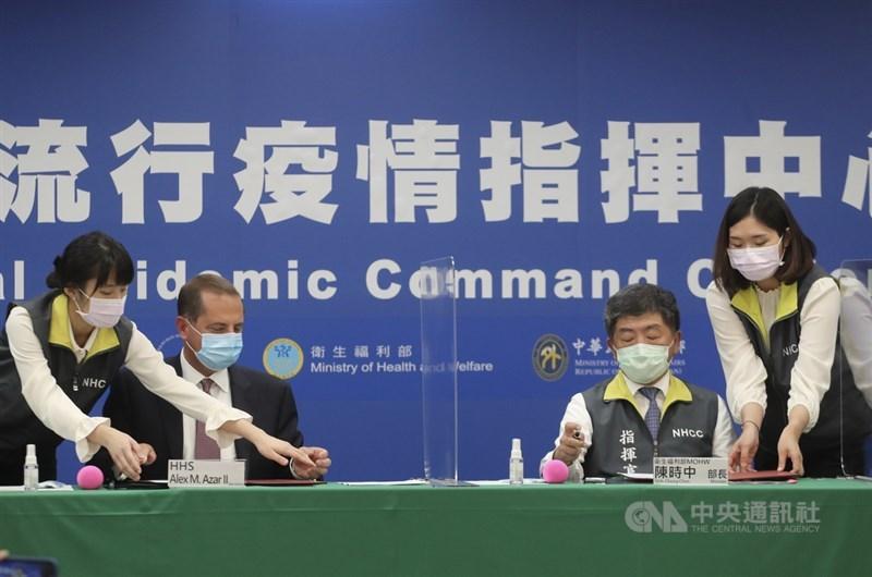 中央流行疫情指揮中心10日下午3時舉行「AIT-TECRO衛生合作備忘錄簽署儀式」,由美國衛生部長艾薩(Alex Azar)(左2)及衛生福利部部長陳時中(右2)共同見證。中央社記者裴禛攝 109年8月10日