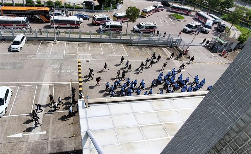 香港警方10日派遣大批人員到蘋果日報大樓搜證,據信行動可能與執行港區國安法有關。圖為警員準備進入大樓搜查。(讀者提供)中央社記者張謙香港傳真 109年8月10日