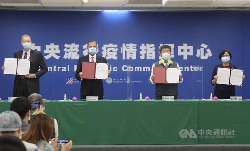 中央流行疫情指揮中心10日下午3時舉行「AIT-TECRO衛生合作備忘錄簽署儀式」,由美國衛生部長艾薩(Alex Azar)(左2)、衛福部長陳時中(右2)、美國在台協會(AIT)處長酈英傑(Brent Christensen)(左)及台灣美國事務委員會主任委員楊珍妮(右)共同見證。中央社記者裴禛攝 109年8月10日