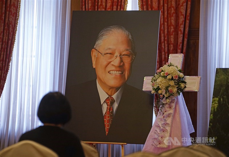 前總統李登輝辭世,總統府在台北賓館設置追思會場開放民眾悼念。預計14日在台灣基督教長老教會濟南教會進行入殮火化禮拜。(中央社檔案照片)