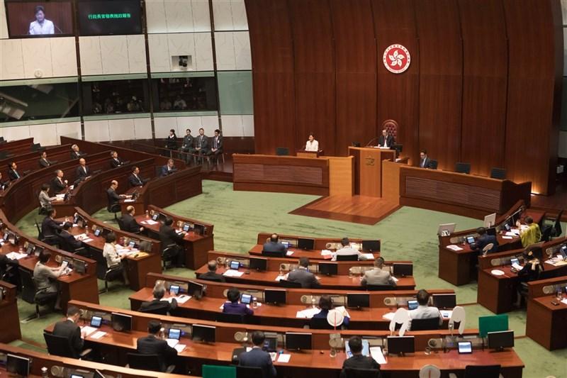 全國人大常委會會議11日表決通過,香港立法會全體議員繼續延任,直到明年第7屆立法會任期開始為止。圖為立法會議場。(中新社)