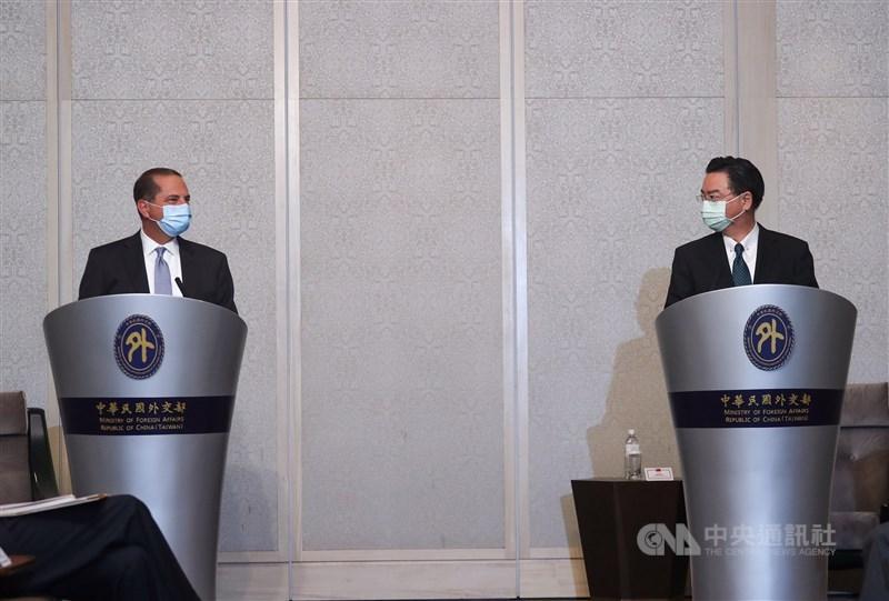 美國衛生部長艾薩(Alex Azar)(左)訪台,11日至台北美福飯店與外交部長吳釗燮(右)會面,舉行直播新聞見面會。中央社記者裴禛攝 109年8月11日
