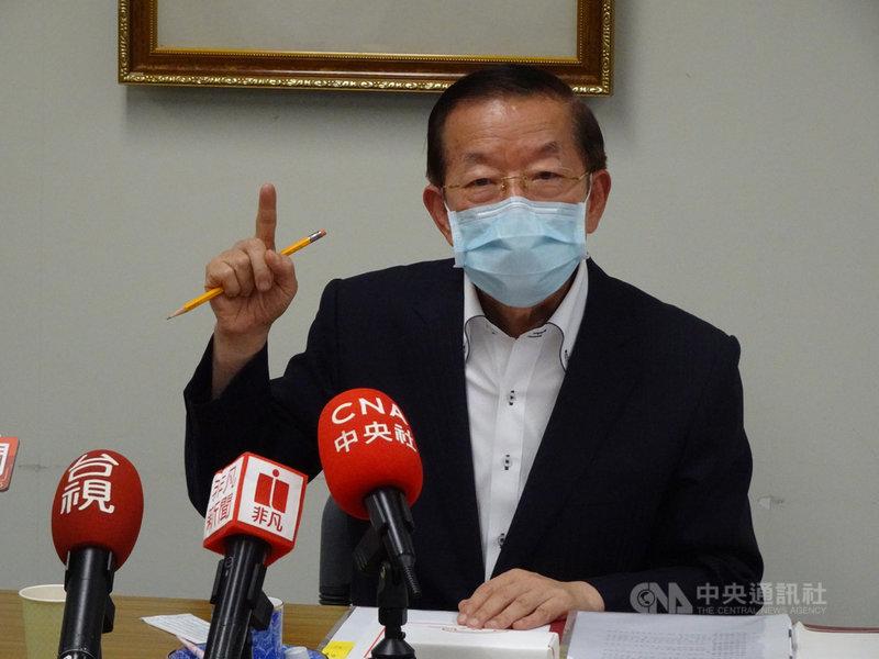 駐日代表謝長廷13日與台灣媒體茶敘時表示,看到周庭的表現,覺得香港未來英雄出現了,有希望影響中國走向民主化。中央社記者楊明珠東京攝 109年8月13日