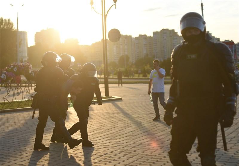 白俄羅斯強人總統魯卡申柯在9日的大選壓倒性勝選後,國內抗議不斷,3天約莫已有6000多人被拘留。圖為10日一名示威者遭逮捕。(安納杜魯新聞社)