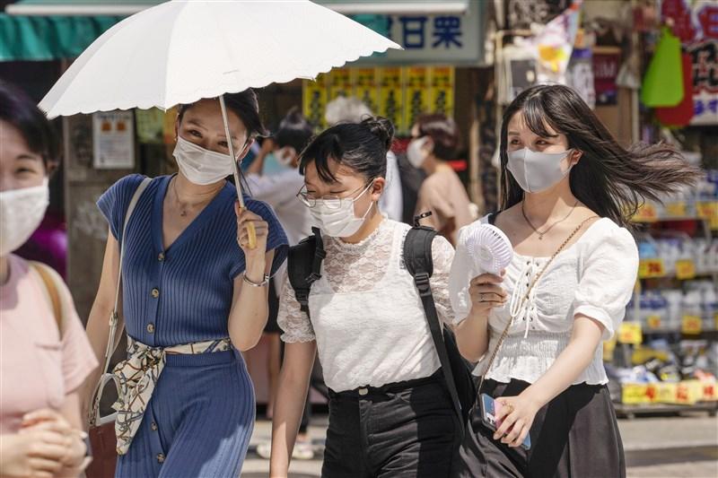 日本東京都13日新增206例武漢肺炎確診病例,知事小池百合子呼籲民眾避免在假期出遊或返鄉。圖為12日東京澀谷街頭。(共同社)