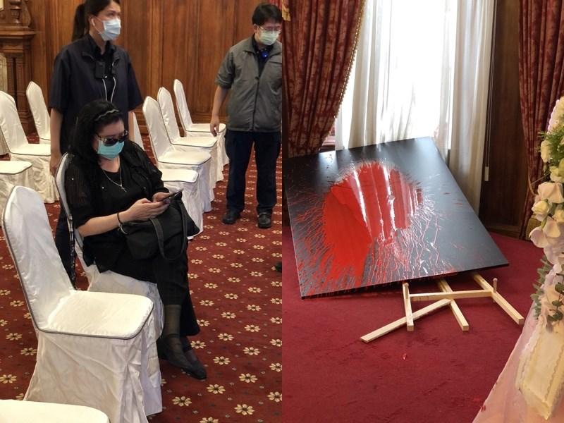 前總統李登輝辭世,台北賓館追思會場開放民眾悼念。去年曾出手攻擊文化部長鄭麗君的鄭惠中(前)14日進入追思會場後,拿出裝紅漆的氣球丟向牆面及肖像。(讀者提供)