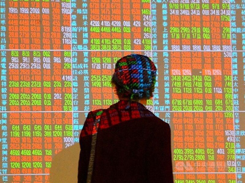 台股14日開低走高,電子股在買盤力挺下,指數盤中翻紅突破12800點,終場漲勢收斂,上漲32.33點,收在12795.46點。(中央社檔案照片)
