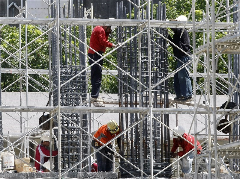 基本工資審議委員會18日登場。人力銀行調查顯示,近9成的勞工支持調漲,過半企業表示反對。(中央社檔案照片)