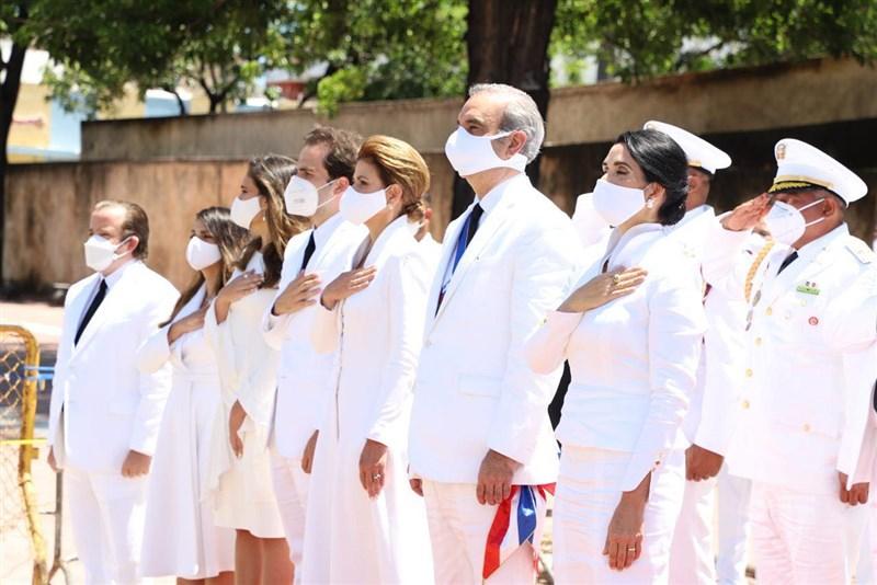 多明尼加共和國新任總統阿比納德(前排右2)16日上任。(圖取自facebook.com/LuisAbinaderCorona)