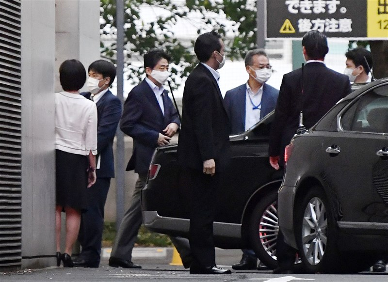 日本首相安倍晉三(左3)17日上午赴東京慶應大學附設醫院引發關注,他在傍晚離開醫院返家。院方人士指出,安倍只是接受健康檢查的追加檢查。(共同社)