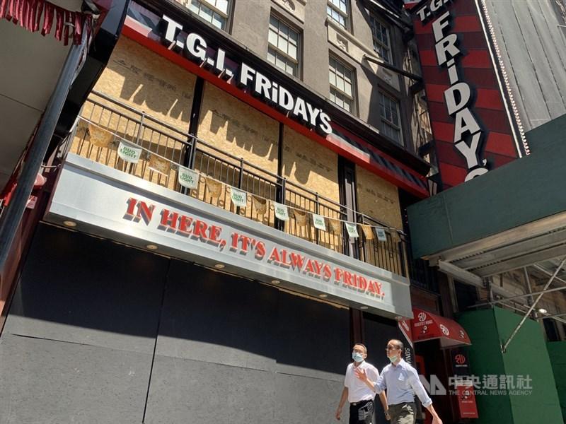 美國商務部7月30日公布,第2季經濟折合年率萎縮32.9%,打破紀錄。紐約時報廣場附近的星期五美式餐廳持續停業,凸顯新型冠狀病毒疫情期間景氣難以復甦。中央社記者尹俊傑紐約攝 109年7月31日